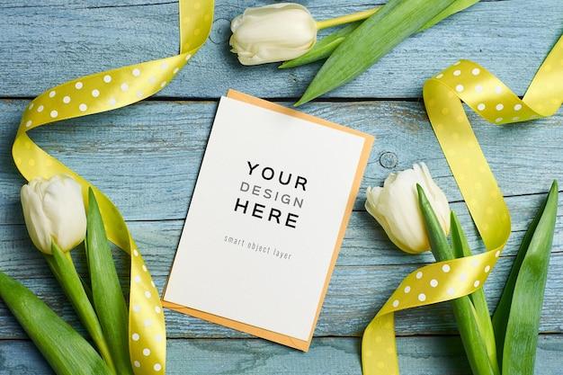 Maquete de cartão comemorativo com flores de tulipa