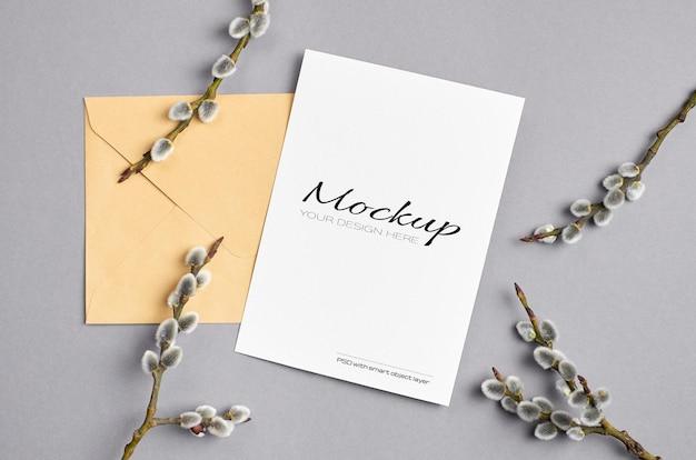 Maquete de cartão comemorativo de primavera com envelope e galhos de salgueiro