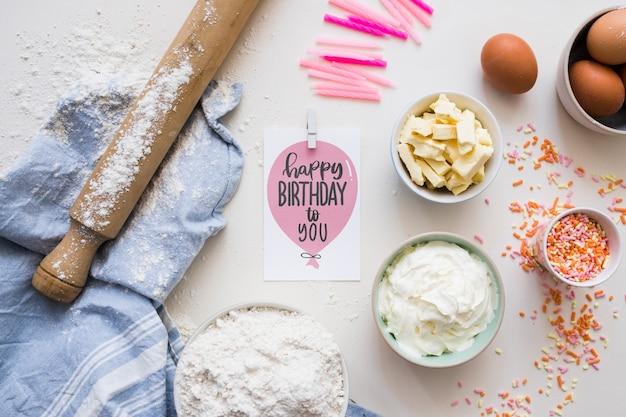 Maquete de cartão de aniversário com ingredientes