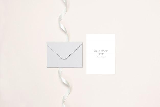 Maquete de cartão de casamento com envelope e fita
