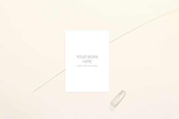 Maquete de cartão de casamento minimalista com pedra branca e ramo