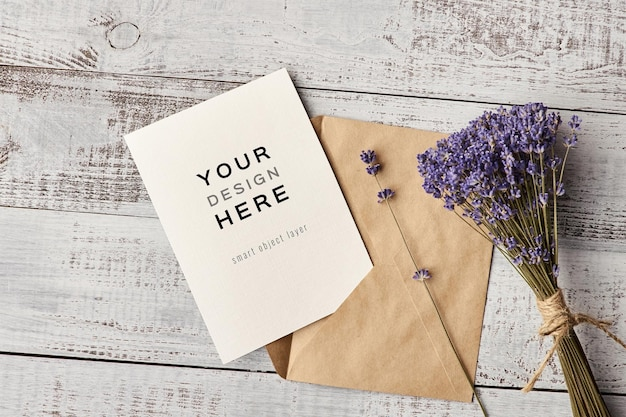Maquete de cartão de convite com envelope e buquê de flores de lavanda