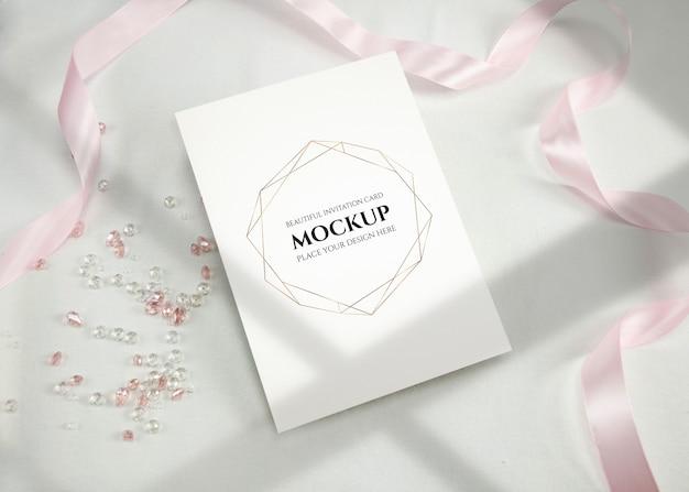 Maquete de cartão de convite com fita.