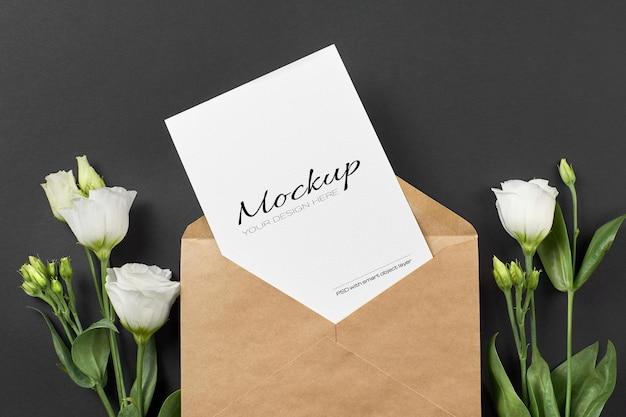 Maquete de cartão de convite com flores brancas eustoma em fundo de papel preto