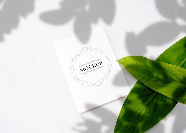 Maquete de cartão de convite com folhas.