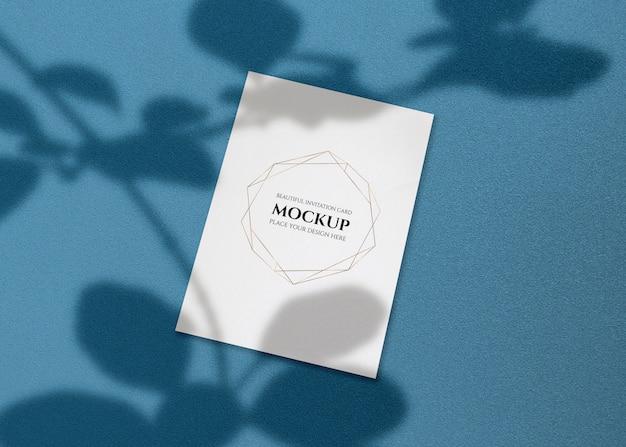 Maquete de cartão de convite com sombra de folhas.