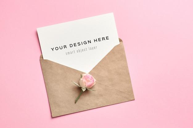 Maquete de cartão de convite de casamento com envelope em fundo de papel rosa