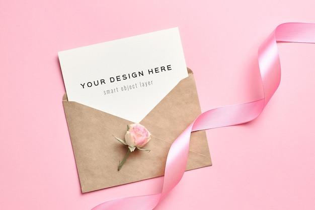 Maquete de cartão de convite de casamento com envelope