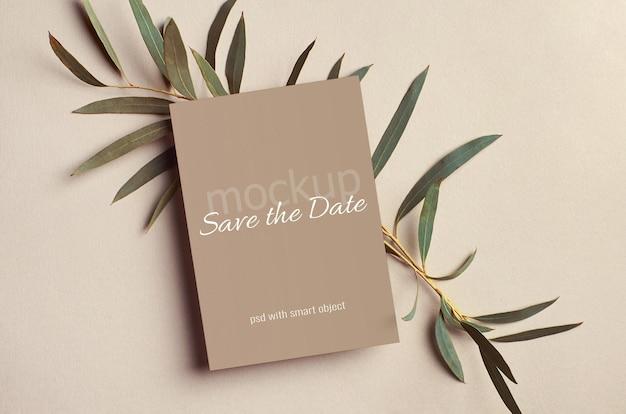 Maquete de cartão de convite de casamento com galhos de eucalipto