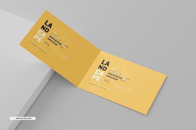 Maquete de cartão de convite dobrado com paisagem