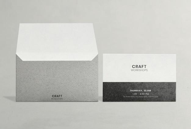 Maquete de cartão de convite elegante com envelope cinza