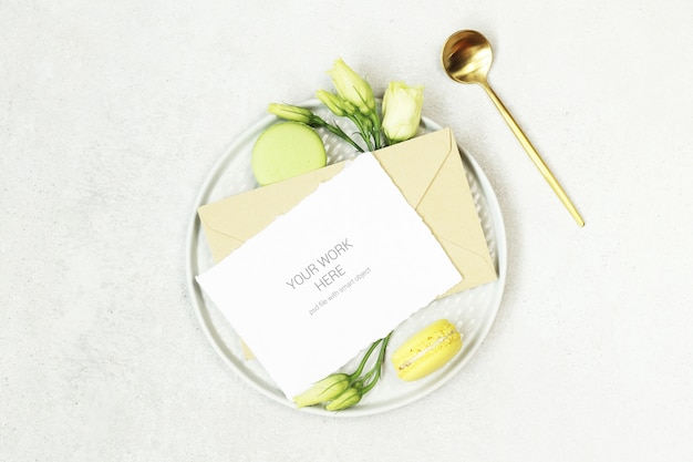 Maquete de cartão de convite no prato com colher