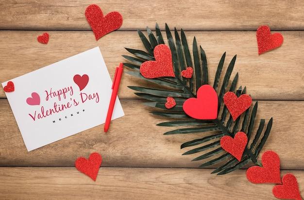 Maquete de cartão de dia dos namorados com composição de objetos