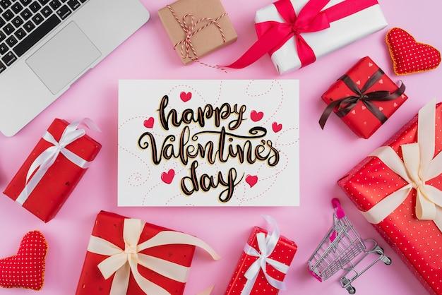 Maquete de cartão de dia dos namorados com elementos