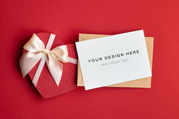 Maquete de cartão de dia dos namorados com envelope e caixa de presente de coração