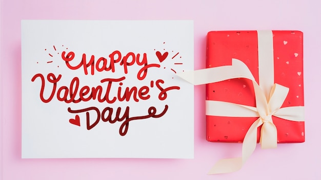 Maquete de cartão de dia dos namorados com presentes