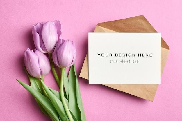Maquete de cartão de felicitações com envelope e flores de tulipa violeta