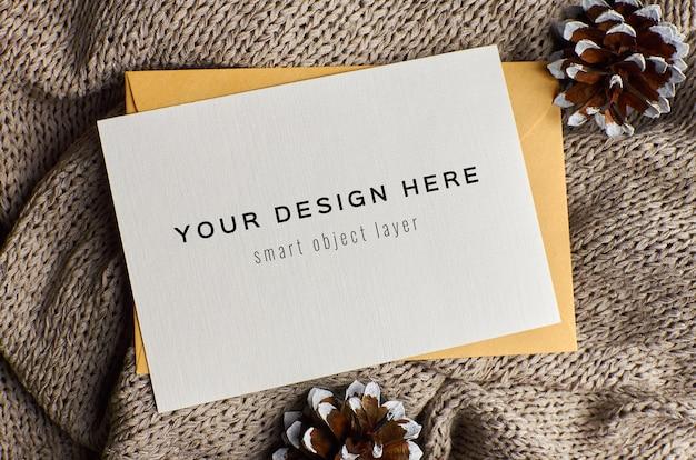 Maquete de cartão de felicitações com pinhas em fundo de malha