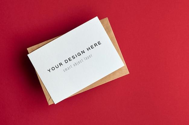 Maquete de cartão de felicitações em fundo de papel vermelho