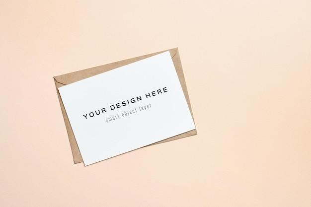 Maquete de cartão de felicitações em fundo de papel