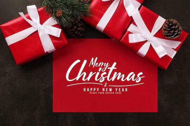 Maquete de cartão de feliz natal com decorações de presentes de natal