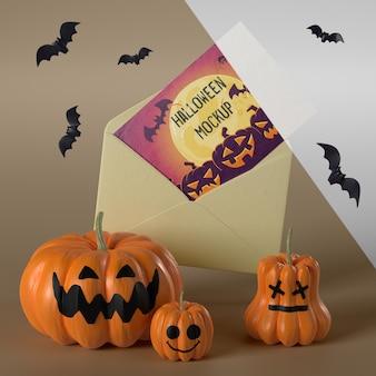 Maquete de cartão de halloween em envelope amarelo