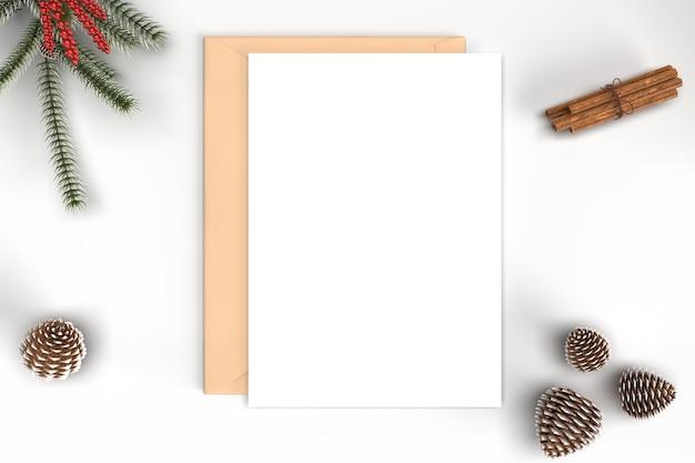 Maquete de cartão de natal com enfeites e ramos de pinheiro