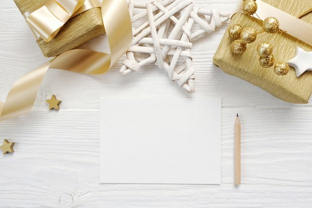 Maquete de cartão de natal com fita de presente de ouro