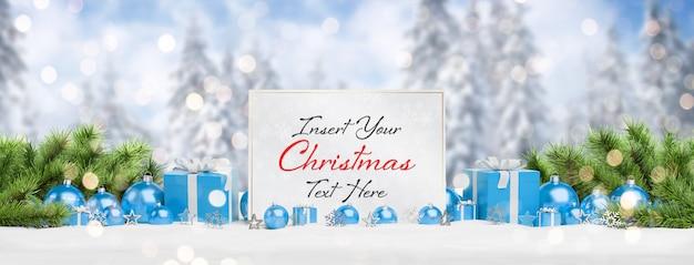 Maquete de cartão de natal com neve caindo e enfeites