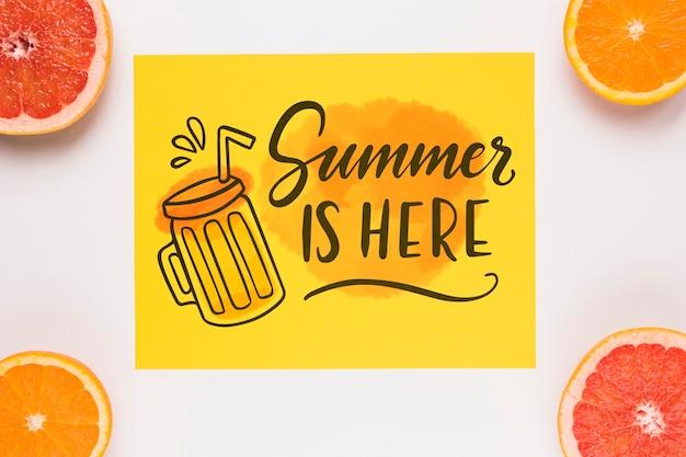 Maquete de cartão de papel plana leigo com frutas de verão
