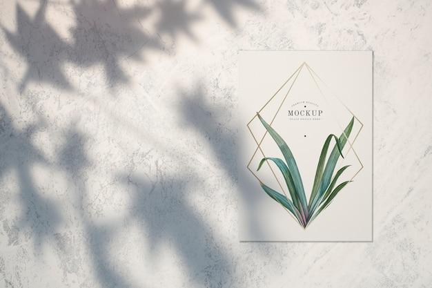 Maquete de cartão de qualidade premium com folhas e molduras douradas