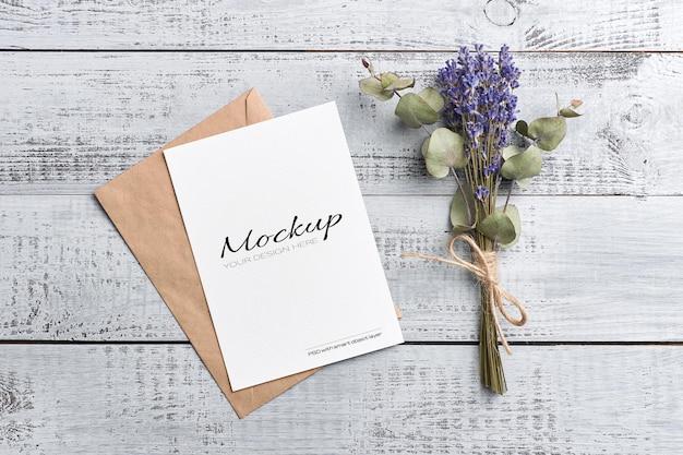 Maquete de cartão de saudação ou convite com envelope e buquê de lavanda seca com eucalipto