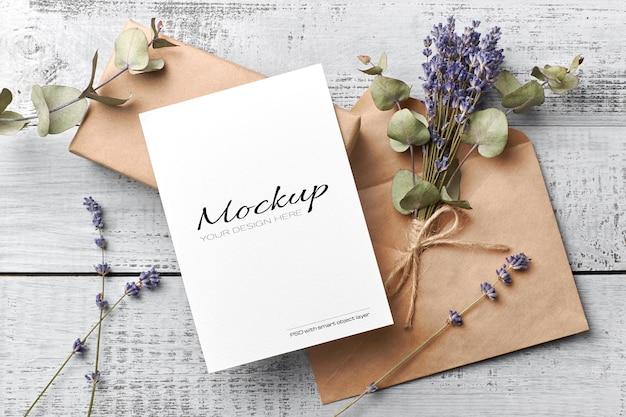 Maquete de cartão de saudação ou convite com envelope e lavanda seca