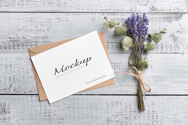 Maquete de cartão de saudação ou convite com envelope