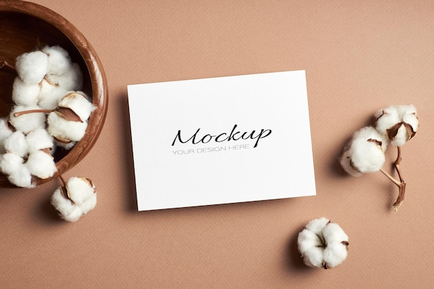 Maquete de cartão de saudação ou convite com flores secas de algodão natural