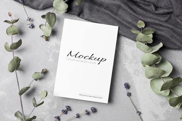 Maquete de cartão de saudação ou convite com flores secas de lavanda e galhos de eucalipto