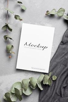 Maquete de cartão de saudação ou convite com galhos de eucalipto seco