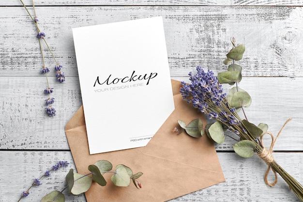 Maquete de cartão de saudação ou convite com lavanda seca e eucalipto