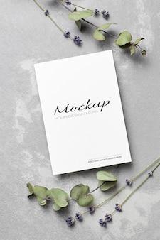 Maquete de cartão de saudação ou convite de casamento com flores secas de lavanda e eucalipto