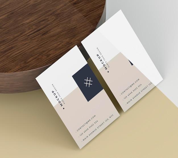 Maquete de cartão de visita apoiado em uma placa de madeira