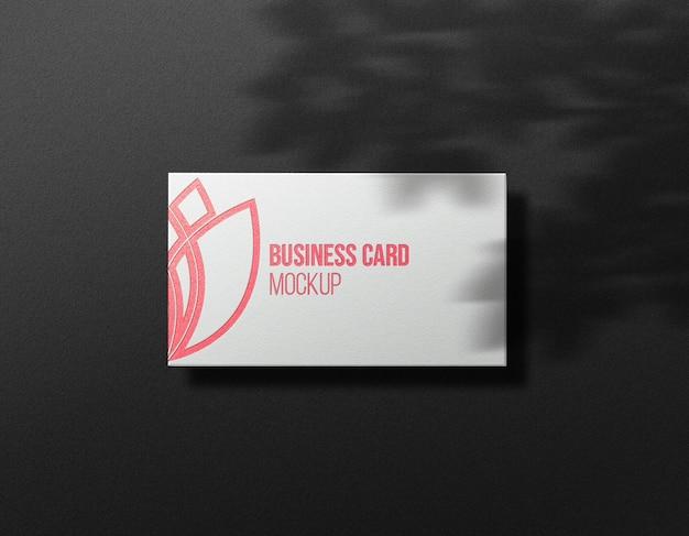 Maquete de cartão de visita branco limpo e efeito ouro rosa