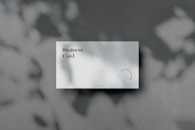 Maquete de cartão de visita com sobreposição de sombra de árvore