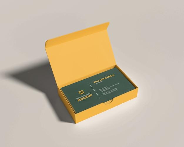 Maquete de cartão de visita com uma caixa aberta amarela