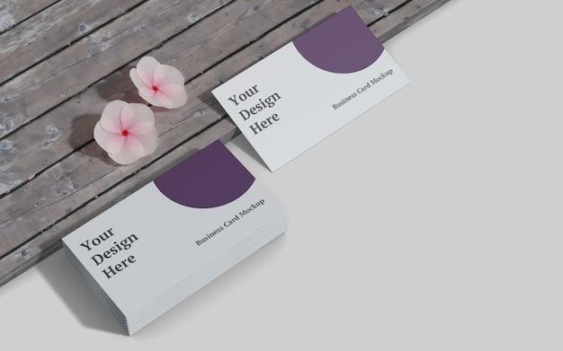 Maquete de cartão de visita com vista certa de madeira e flor