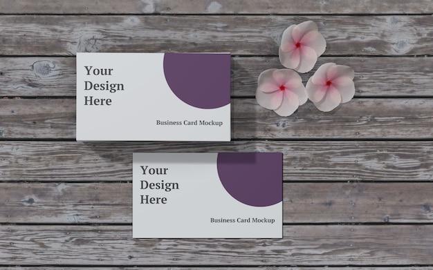 Maquete de cartão de visita com vista superior de madeira e flor