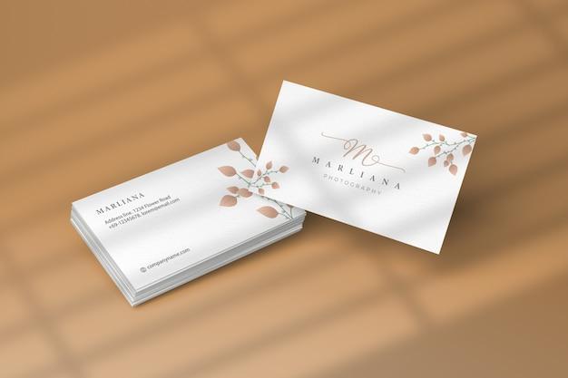 Maquete de cartão de visita de branding com sombras de janela