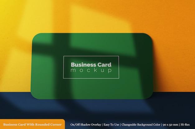 Maquete de cartão de visita de canto arredondado horizontal realista de 90x50 mm em vista frontal