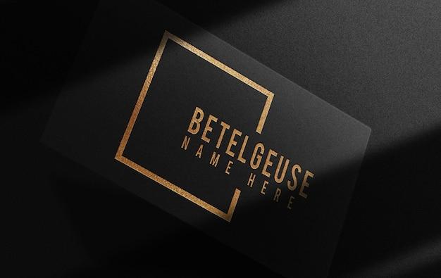 Maquete de cartão de visita de luxo com logotipo em relevo dourado
