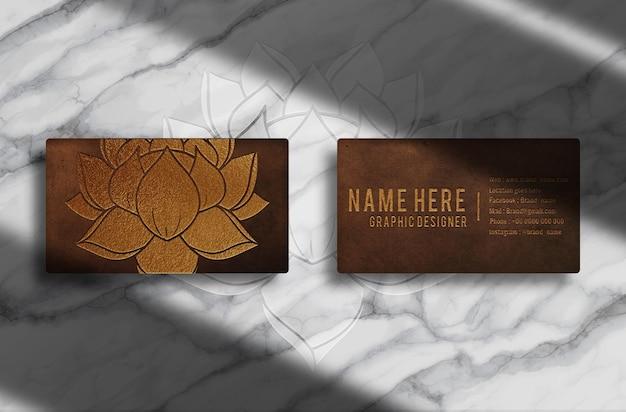 Maquete de cartão de visita de luxo em couro com logotipo dourado em relevo