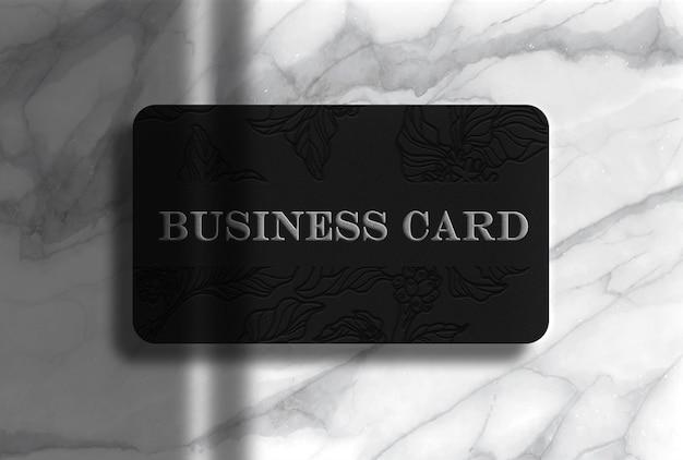 Maquete de cartão de visita de luxo prateado com fundo de mármore
